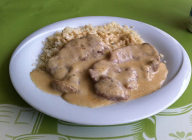 Small pork steaks with sauce of Roquefort cheese.