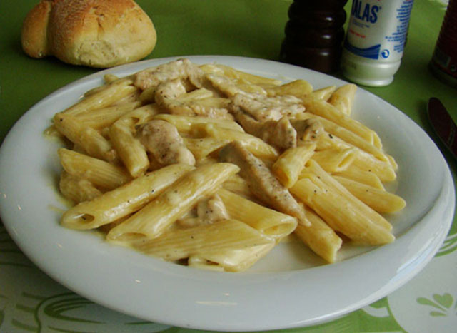 Penne with chicken a la crem