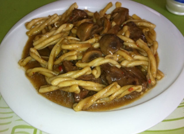 Beef spicy with mushrooms and traditional pasta