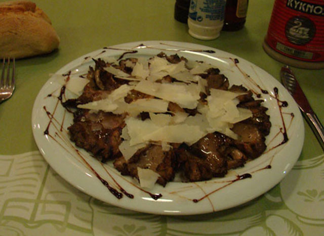 Grilled mushrooms with slices of parmesan cheese and balsamic dressing